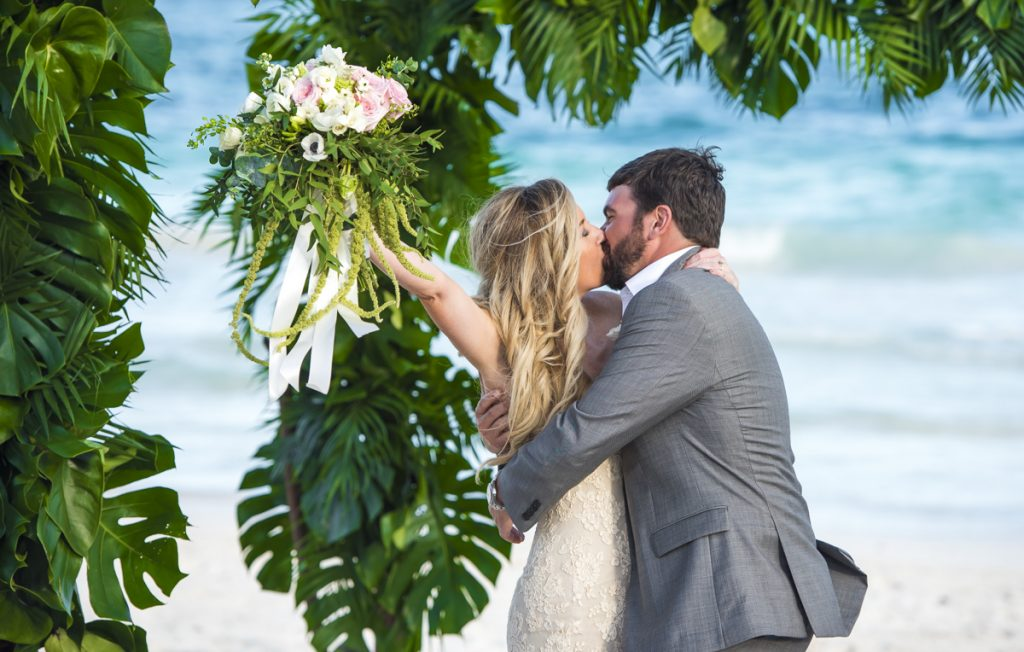jessica brian beach wedding akiin beach club tulum 06 27 1024x652 - The 6 Best Wedding Photography Websites You Need To Check While Planning A Destination Wedding In Mexico
