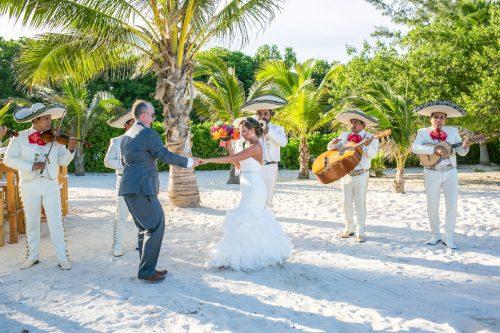 andrea kris playa del carmen wedding grand coral beach club 02 16 500x333 - Andrea & Kris - Grand Coral Beach Club